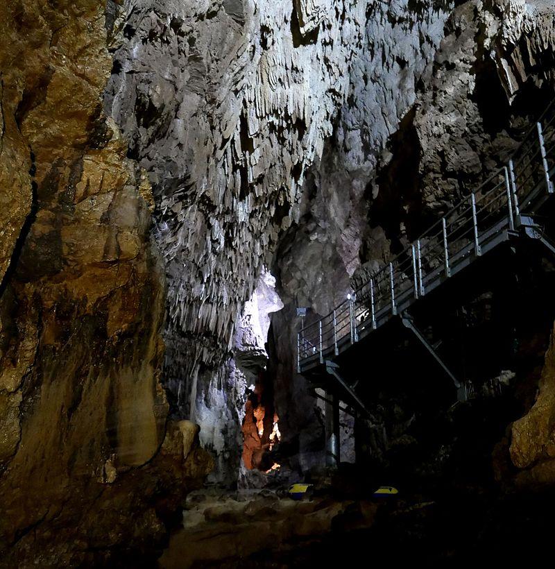 Le grotte di Falvaterra - Grotte Di Falvaterra con la passerella in primo piano