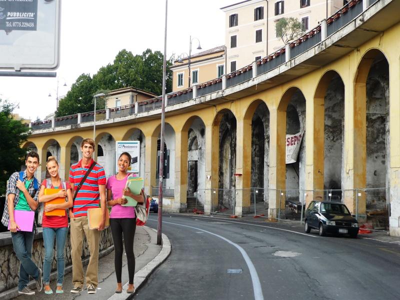 Università di Perugia a Frosinone - Piloni E Studenti nella foto