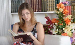 Ampliamento del sistema bibliotecario a Frosinone - Ragazza Che Legge in biblioteca