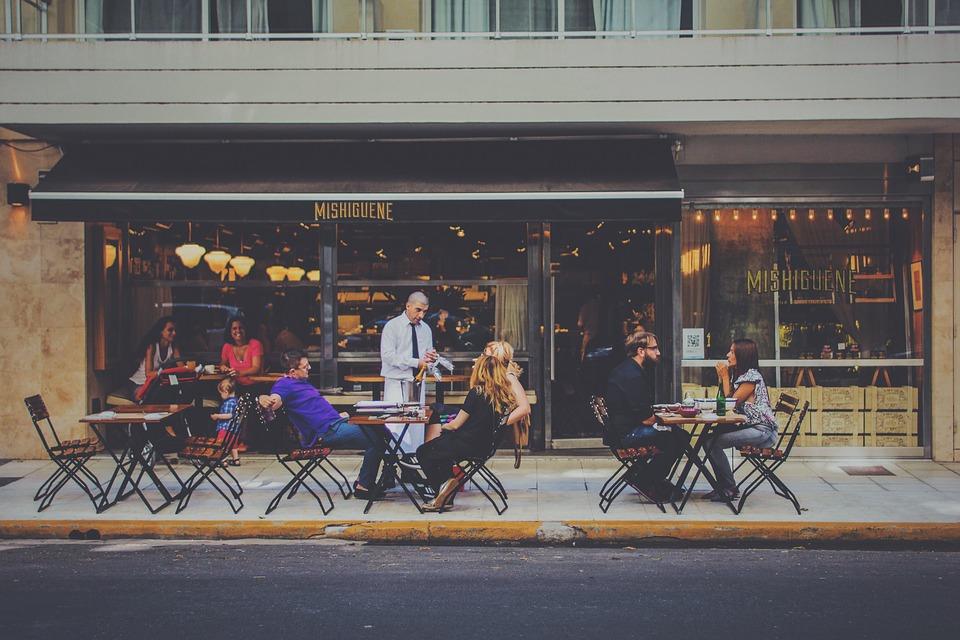 Spazi aperti per locali a Frosinone - Tavoli davanti a un bar