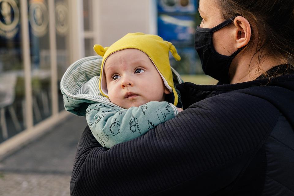 Mamme italiane - Mamma Con Mascherina con bimbo in braccio