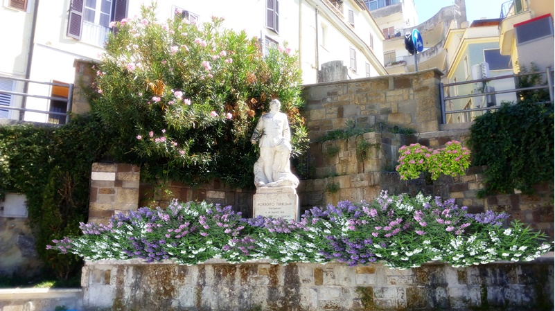 La terrazza del Belvedere  - monumento Turriziani di giorno