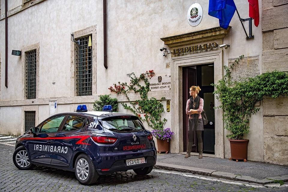 Mamme italiane - Stazione Dei Carabinieri con donna