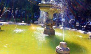 Tavoli e sedie in piazza - Fontana De Carolis che zampilla