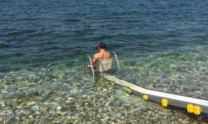 Spiaggia accessibile ai disabili - Mare Delle Marche con un disabile
