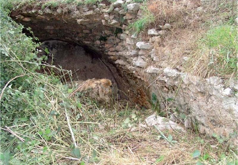 Dante cita la regina Camilla - Dettaglio Della Grotta Di  Camilla presso una frazione