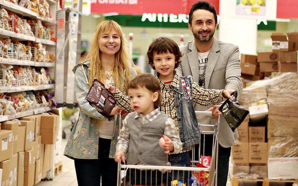 Aiuti per le famiglie - Famiglia A Fare La Spesa nel supermercato