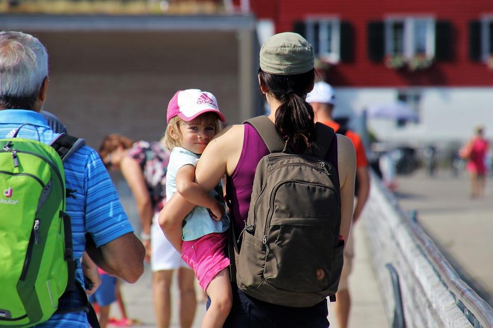 Appalto servizi alla persona - Baby Sitter con in braccio una bimba