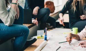 FormAzione Solidiamo - Studenti al tavolo di lavoro