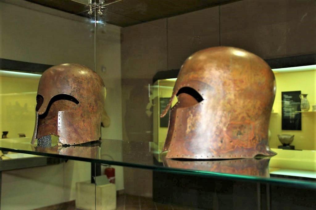 Elmi E Oricalchi in esposizione al Museo Archeologico Di Gela