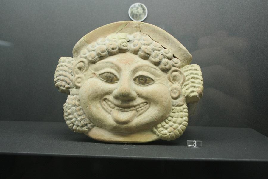 Antefissa Gorgonica conservata al Museo gelese