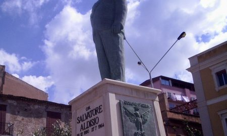 statua Aldisio di fronte palazzo di città