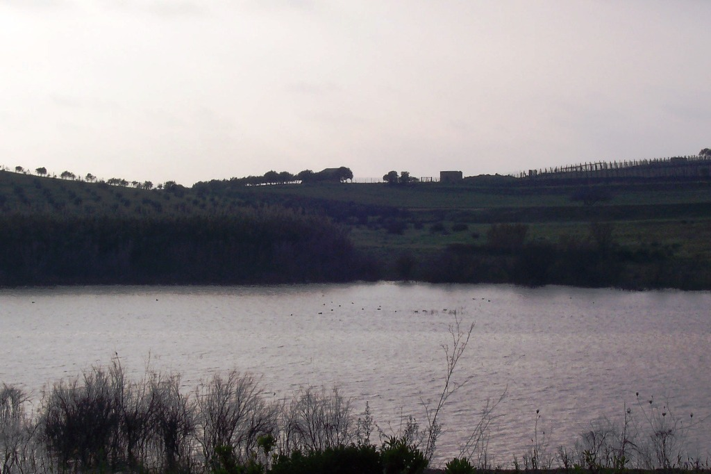 Veduta del Lago Biviere, oasi incontaminata in provincia di Messina