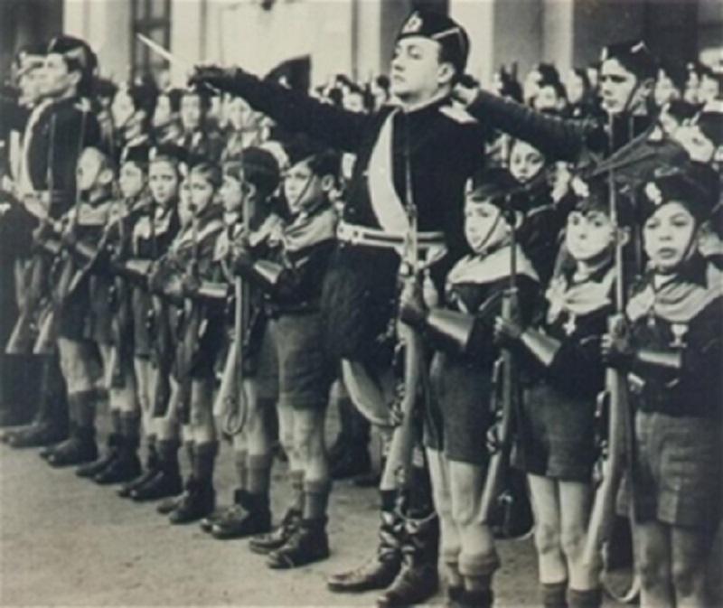 I balilla sfilano per Mussolini A Gela