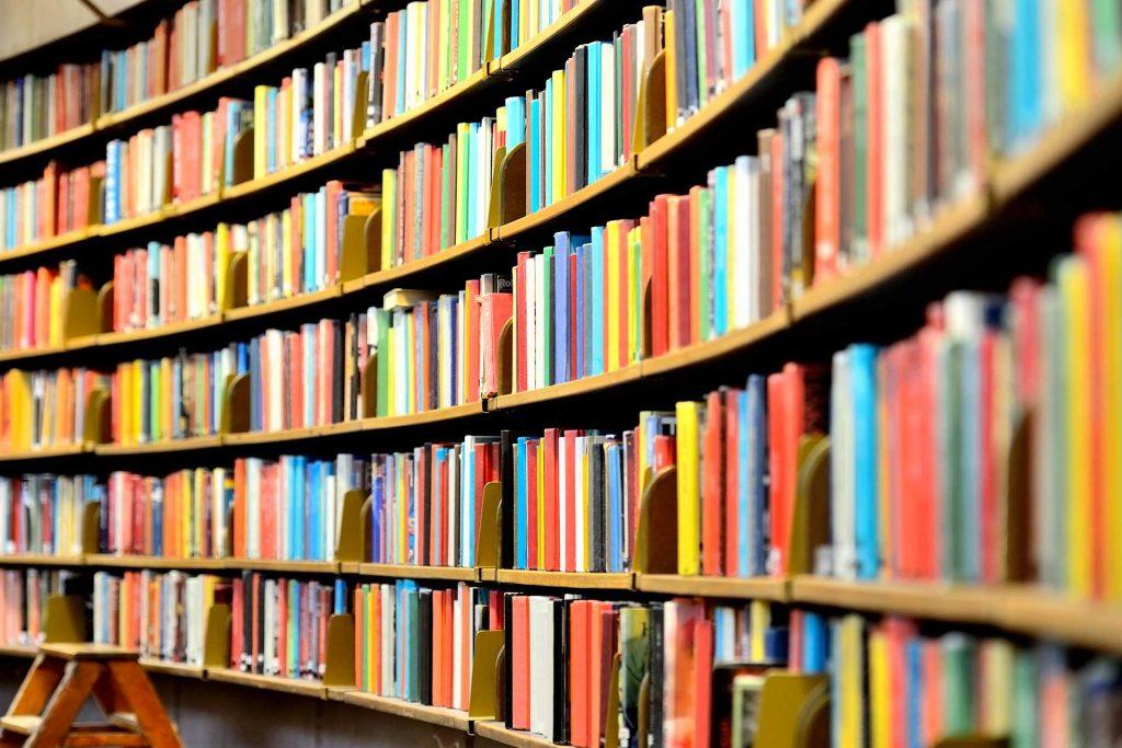 Libri all'interno della Biblioteca comunale