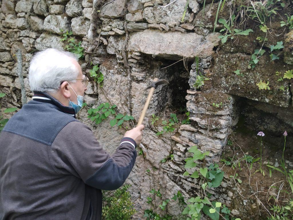 archeologo che controlla le rocce