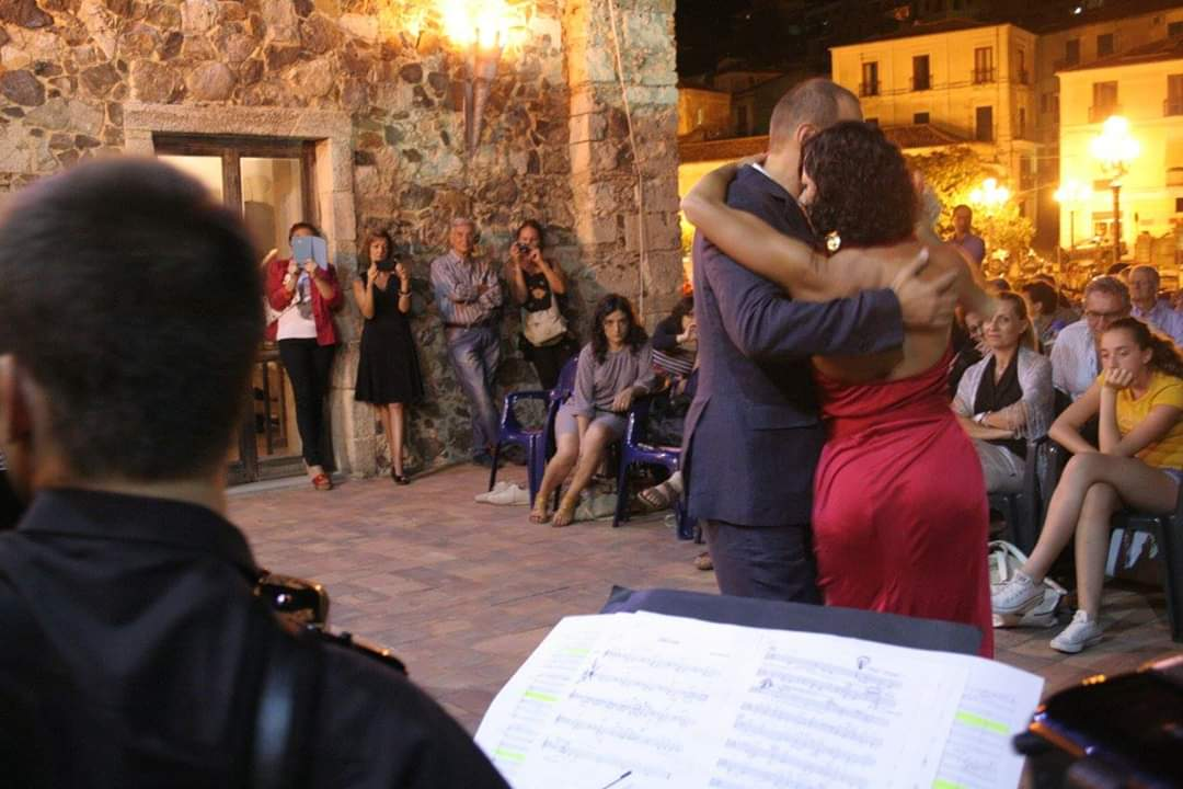 Tango-due tangueri ballano all'aperto