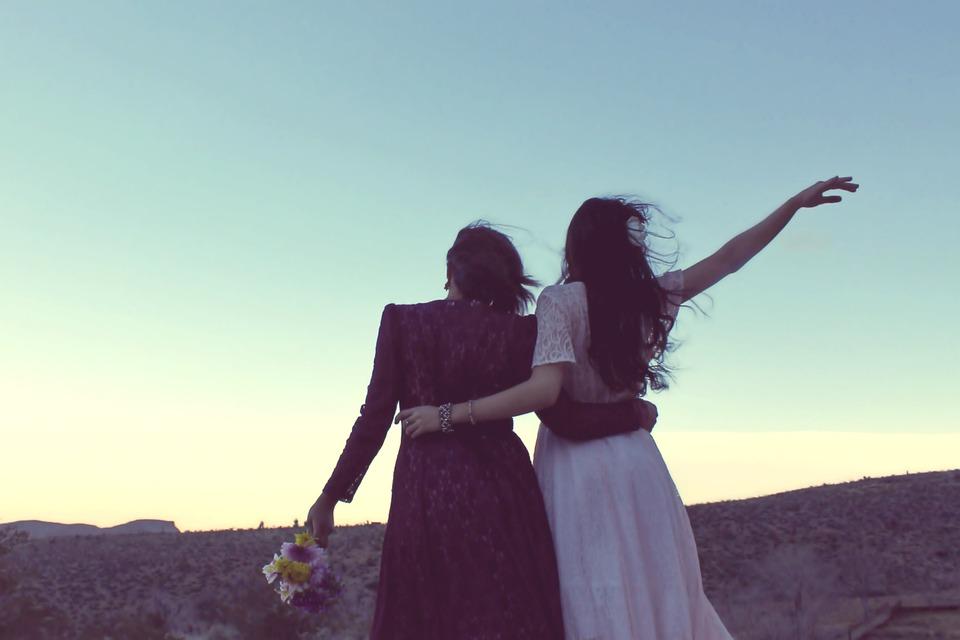 Malasorte - immagine di due donne di spalle