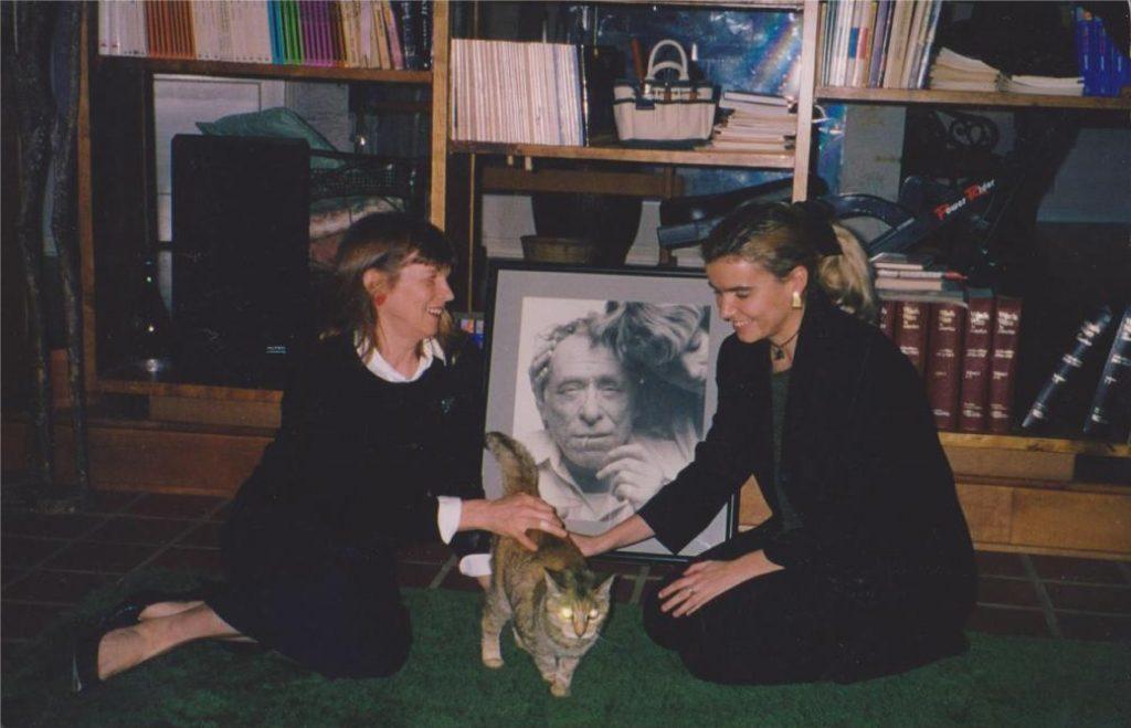 Simona Viciani e Linda Bukowski che accarezzano un gatto