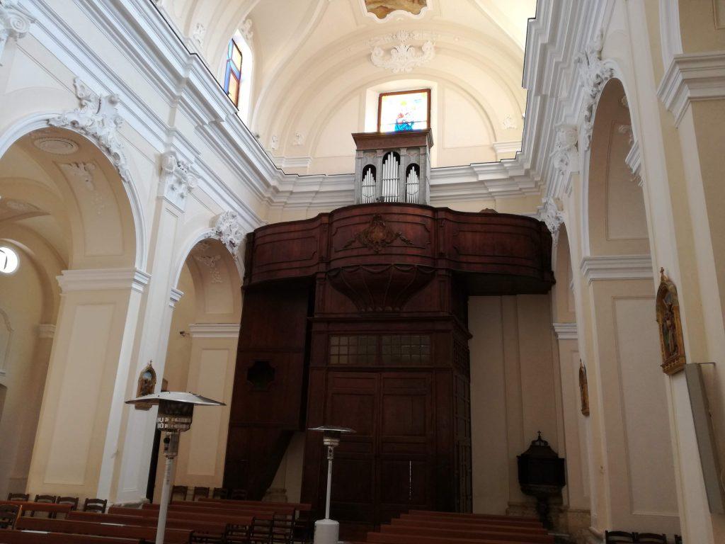 Foto dell'ingresso con l'organo a canne nella chiesa Matrice
