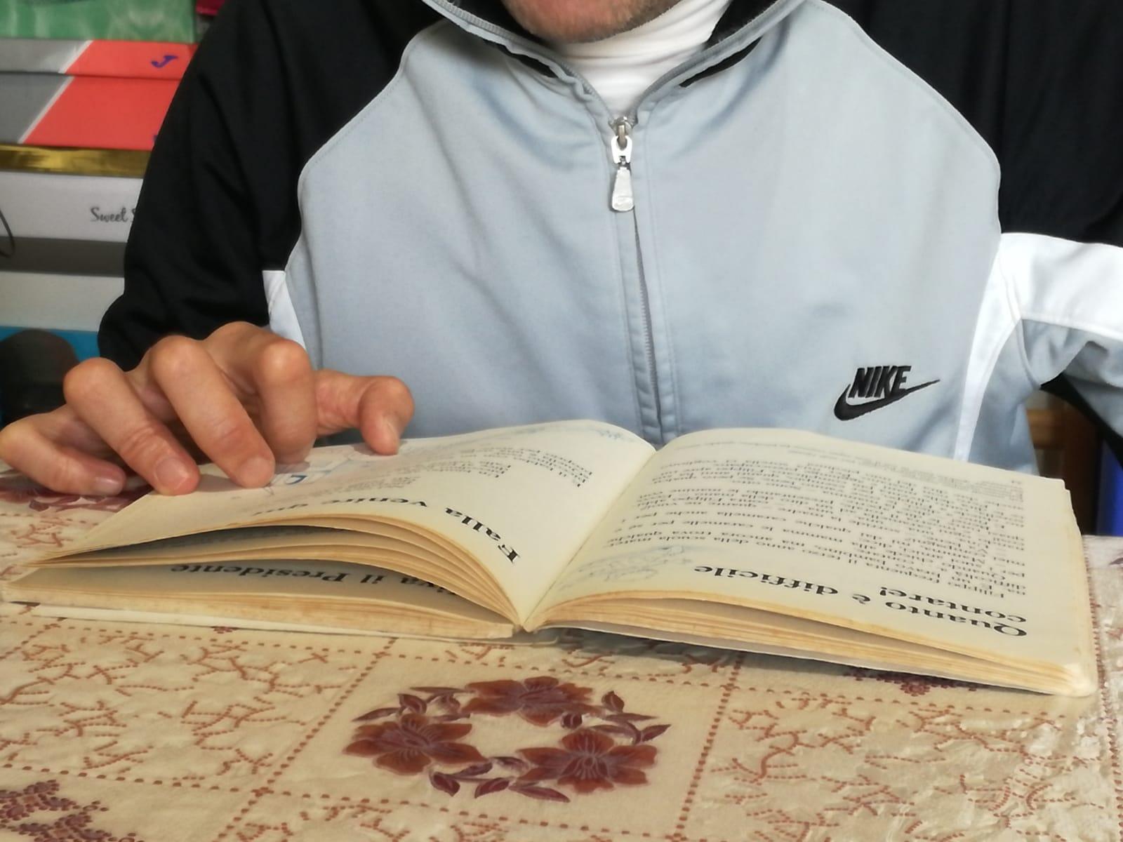servizio civile un ragazzo mentre legge