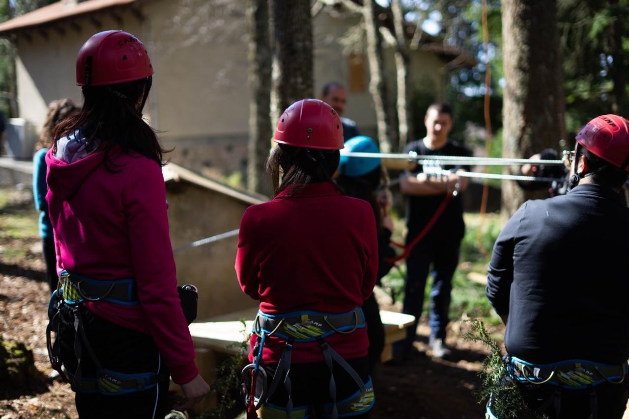 Parco Avventura alcuni istruttori con casco e imbracatura