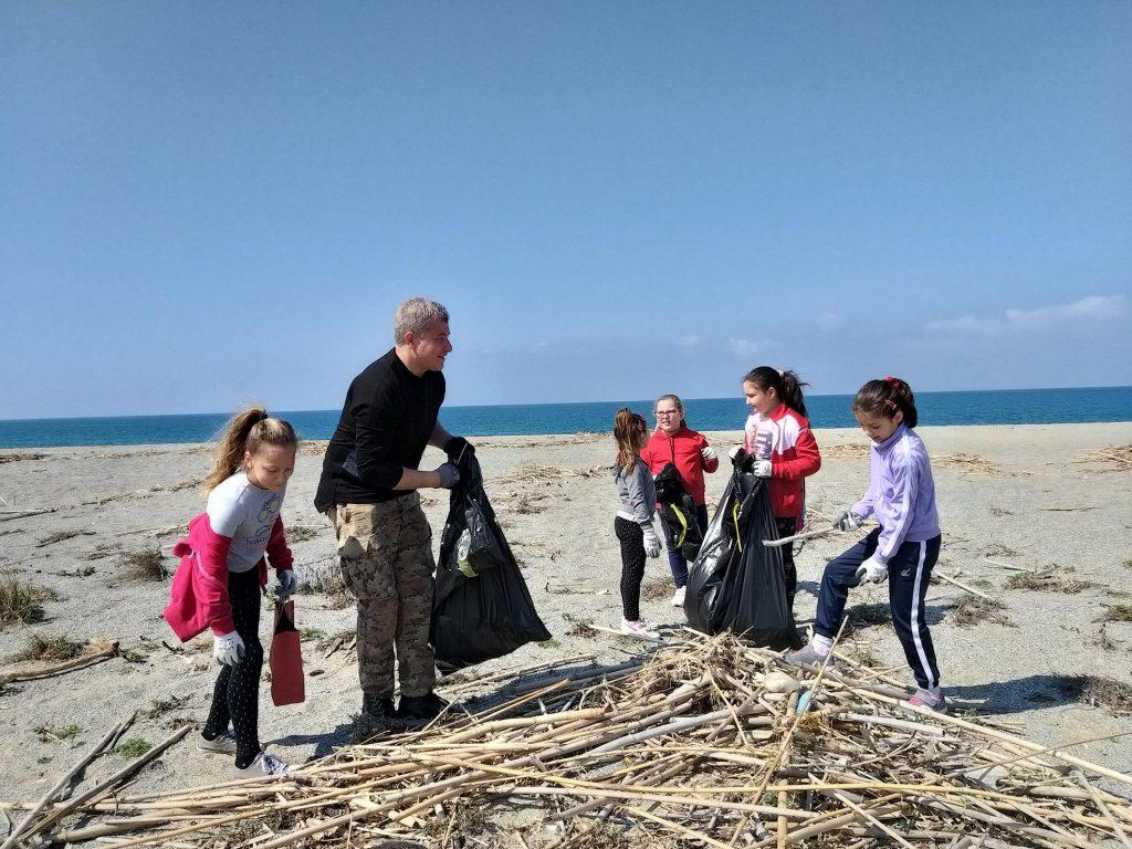 costa nostra - raccolta volontaria dei rifiuti in spiaggia