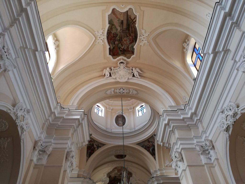 Scorcio del cornicione e della cupola della chiesa Matrice