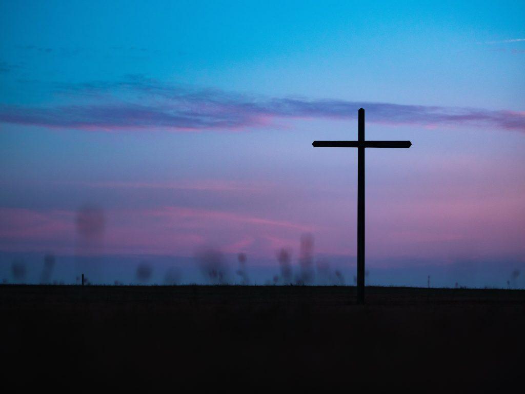 immagine di una Croce su uno sfondo celeste e viola