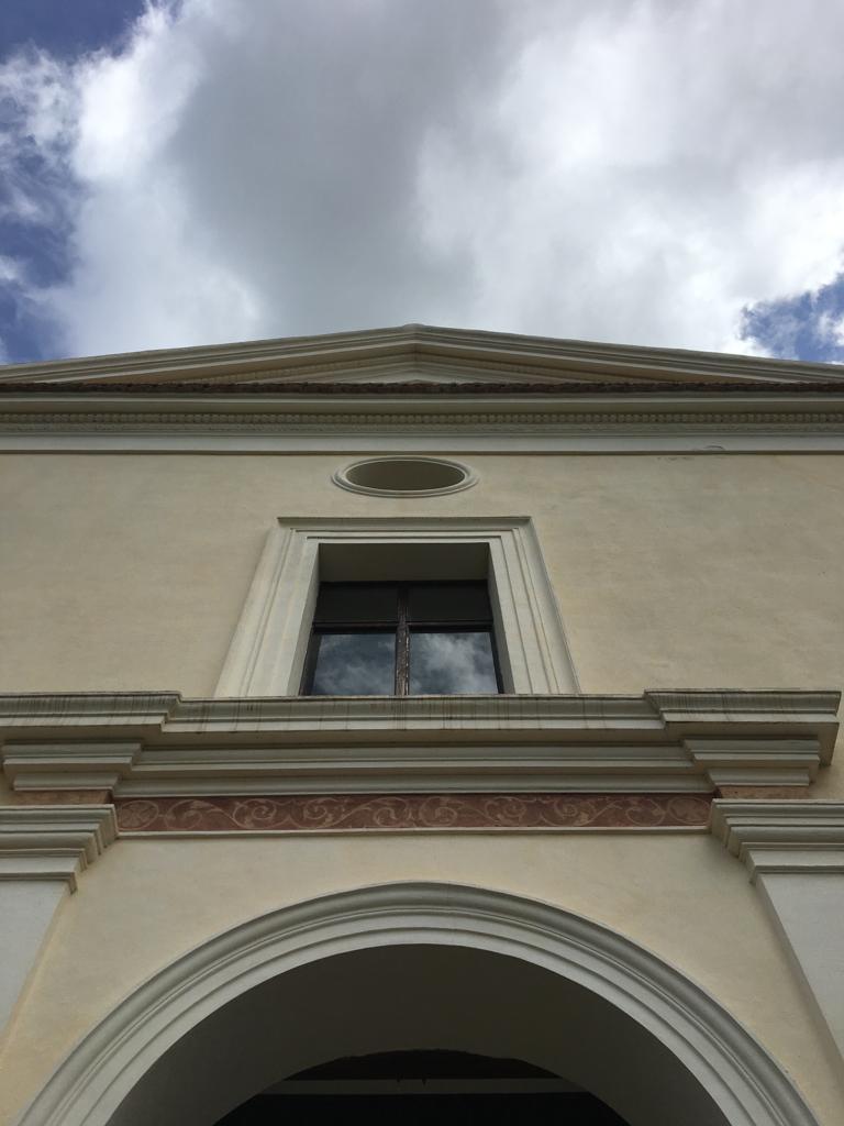 Facciata della chiesa vista dal basso