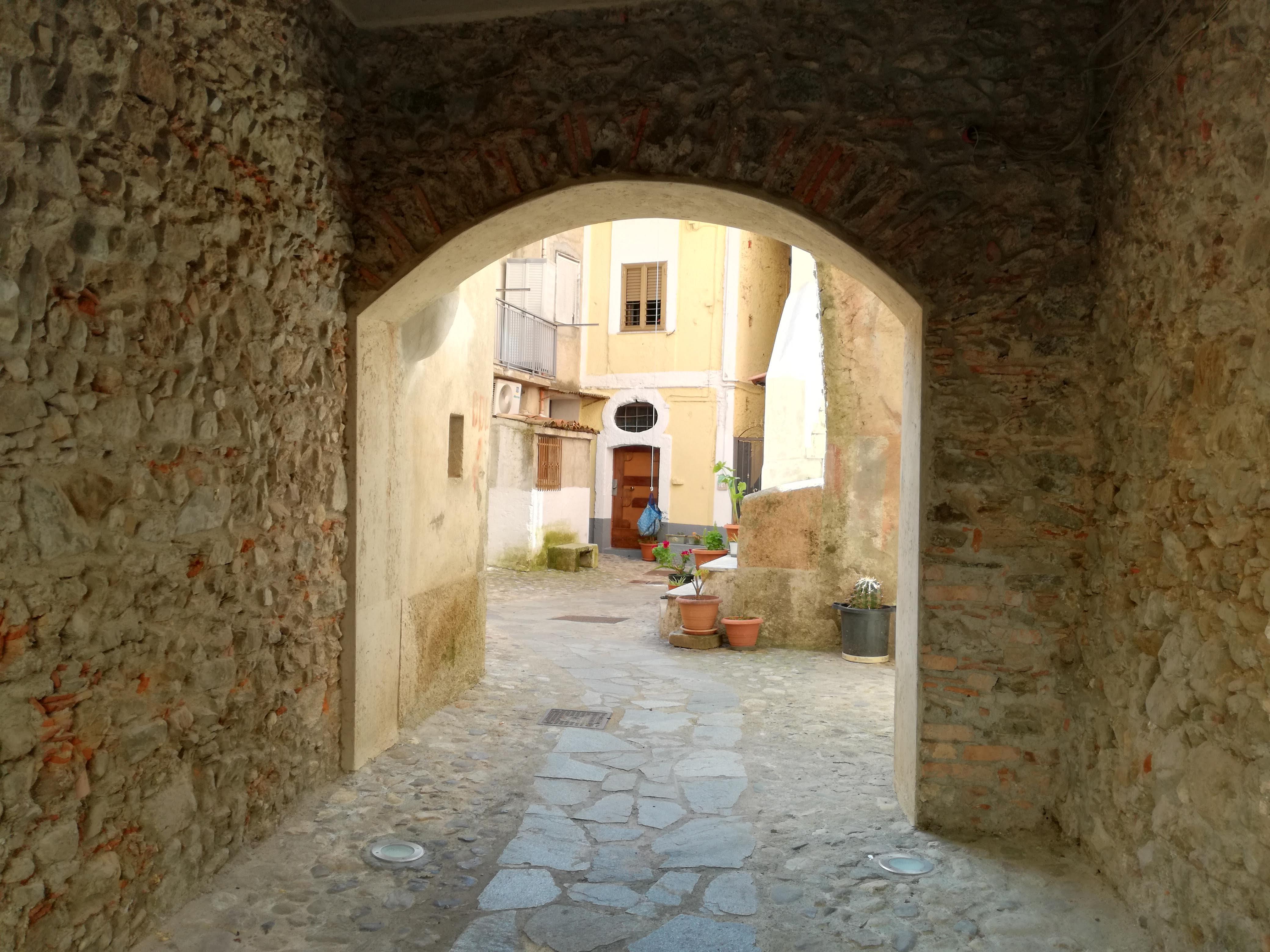 una via del centro storico con un classico vaglio