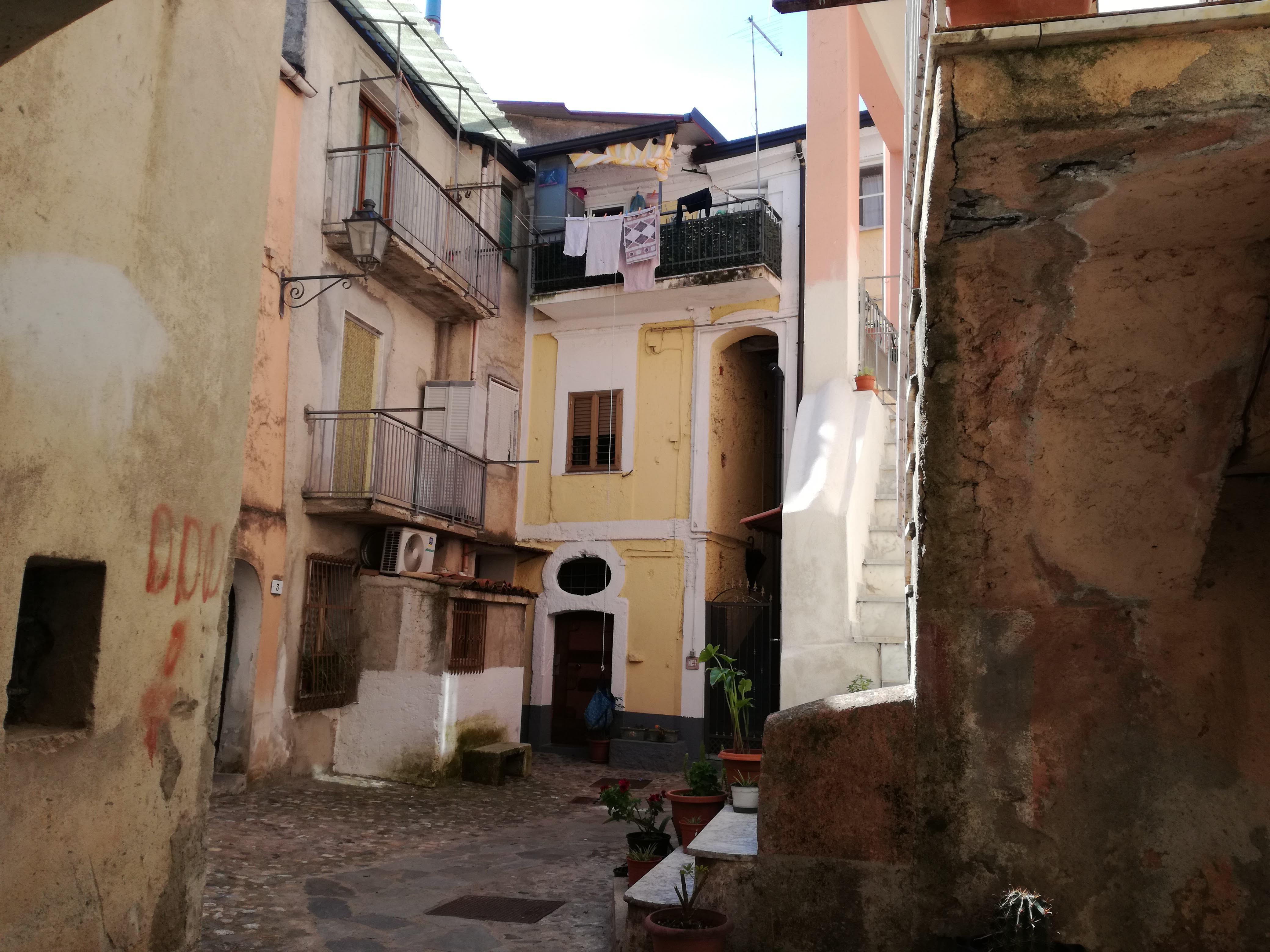 una via del centro storico con un piccolo cortile fra le case