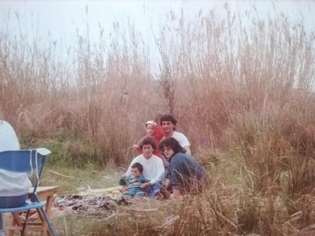 foto di una famiglia degli anni ottanta che festeggiano la pasquetta
