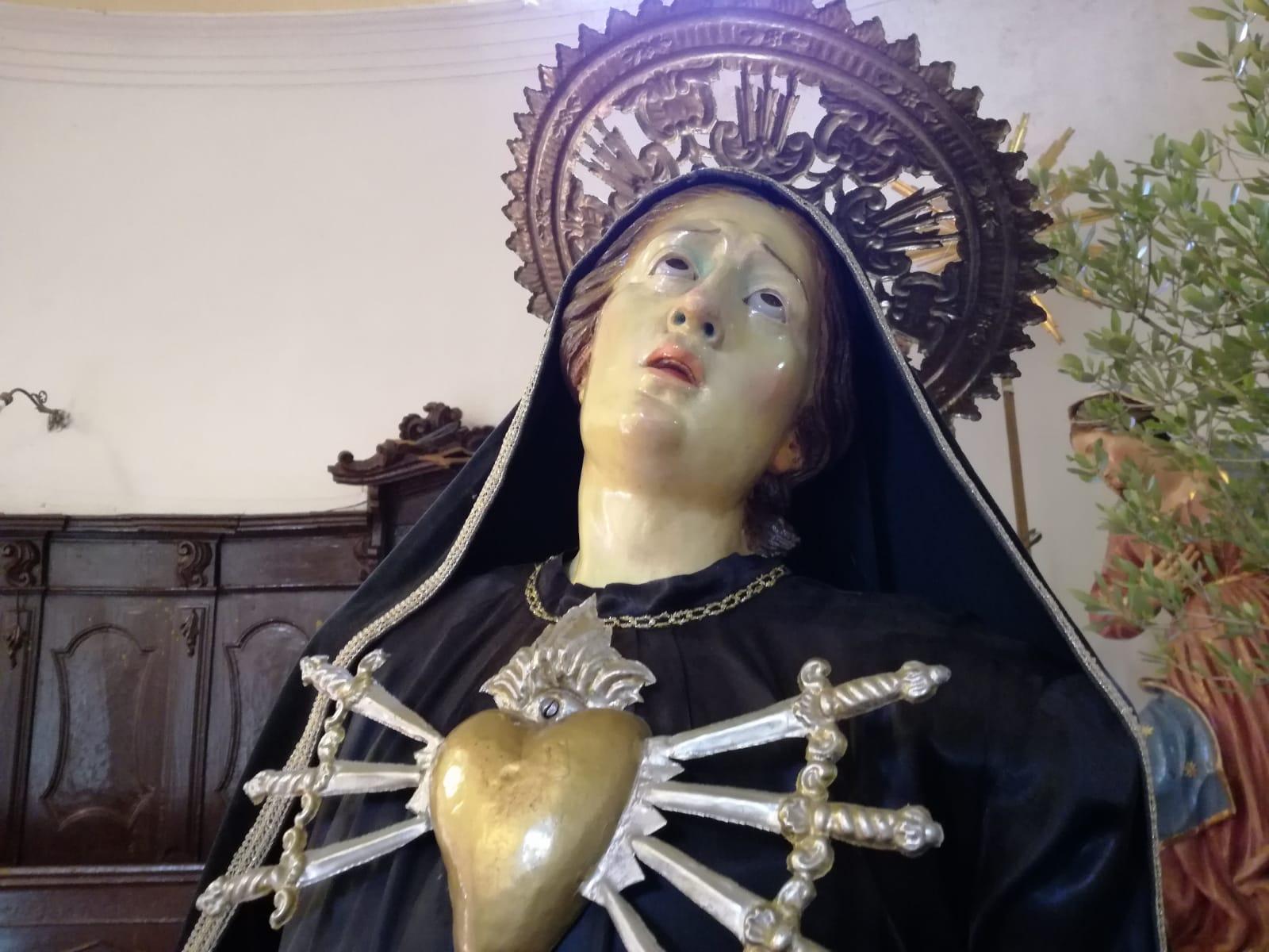 Processione la statua dell'Addolorata
