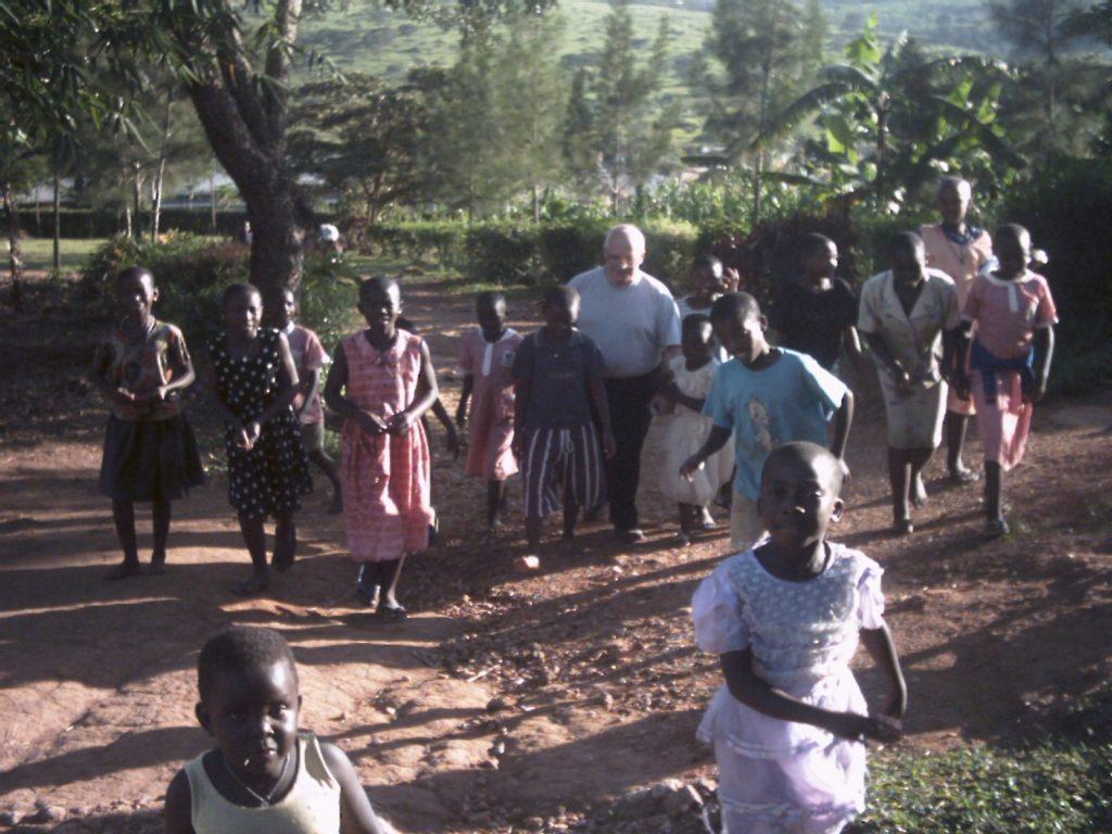 Padre Paolino con i bambini della missione