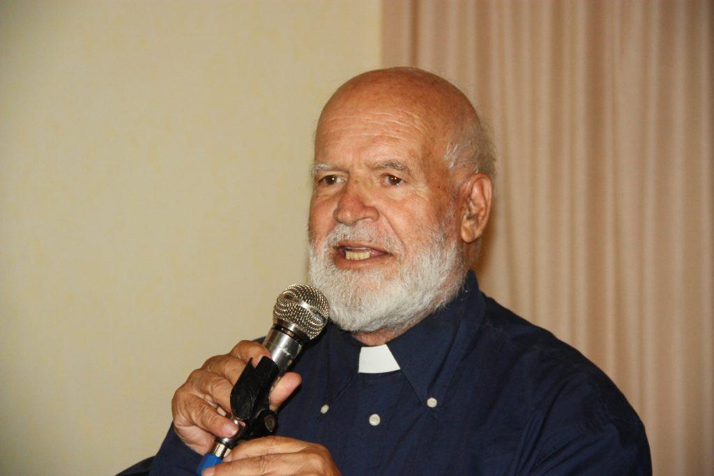 Padre Paolino durante una conferenza