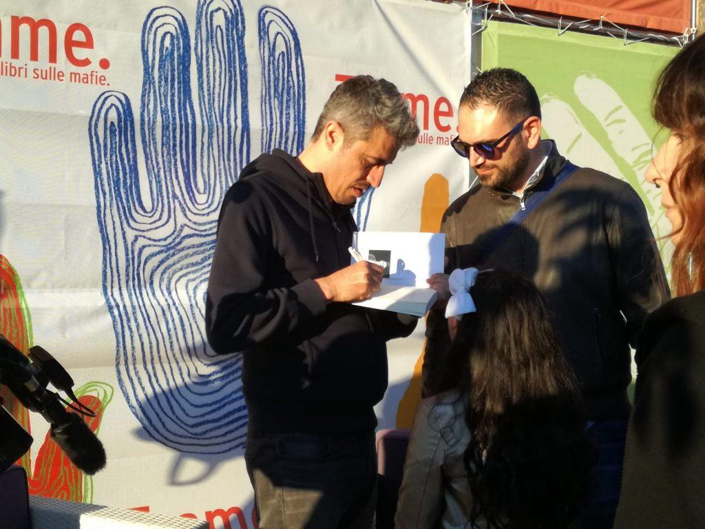 Pif firma gli autografi ai lettori che hanno comprato il libro