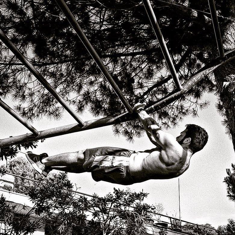 Calisthenics Atleta in azione su un'impalcatura di ferro