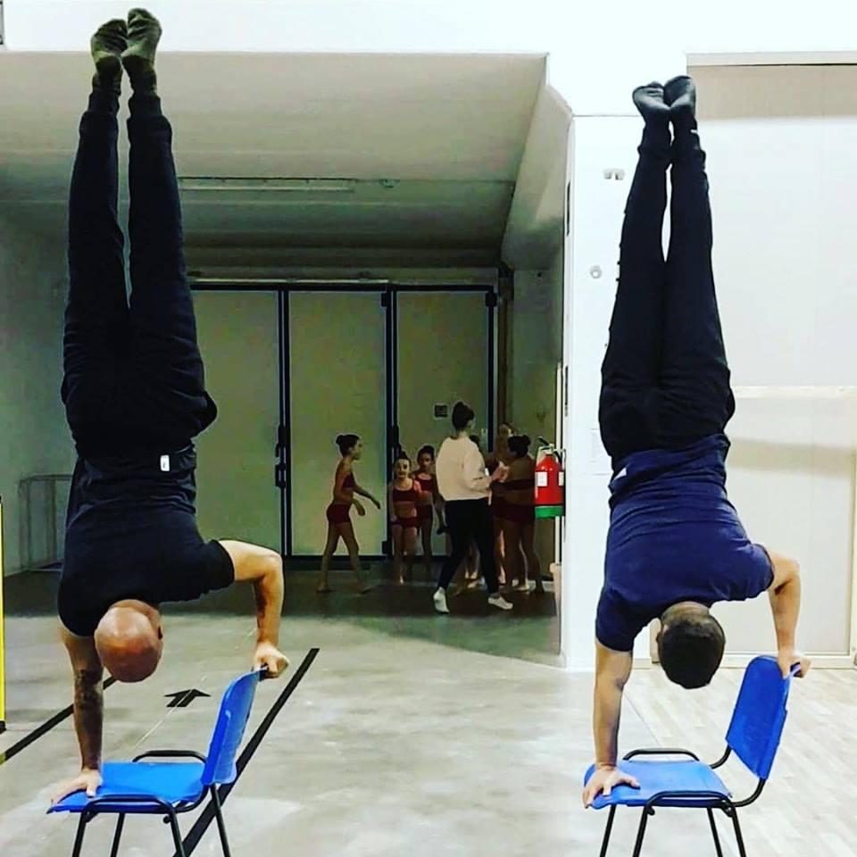 Calisthenics Due Atleti durante un esercizio in palestra