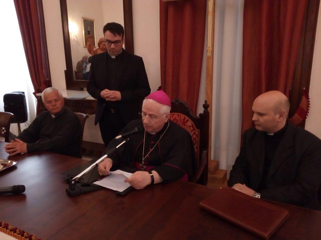 mons luigi cantafora mentre annuncia il nome del nuovo vescovo