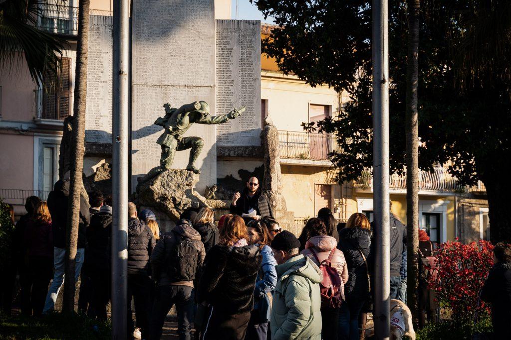I partecipanti al trekking urbano fanno tappa al monumento ai caduti