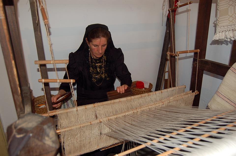una donna che tesse al telaio