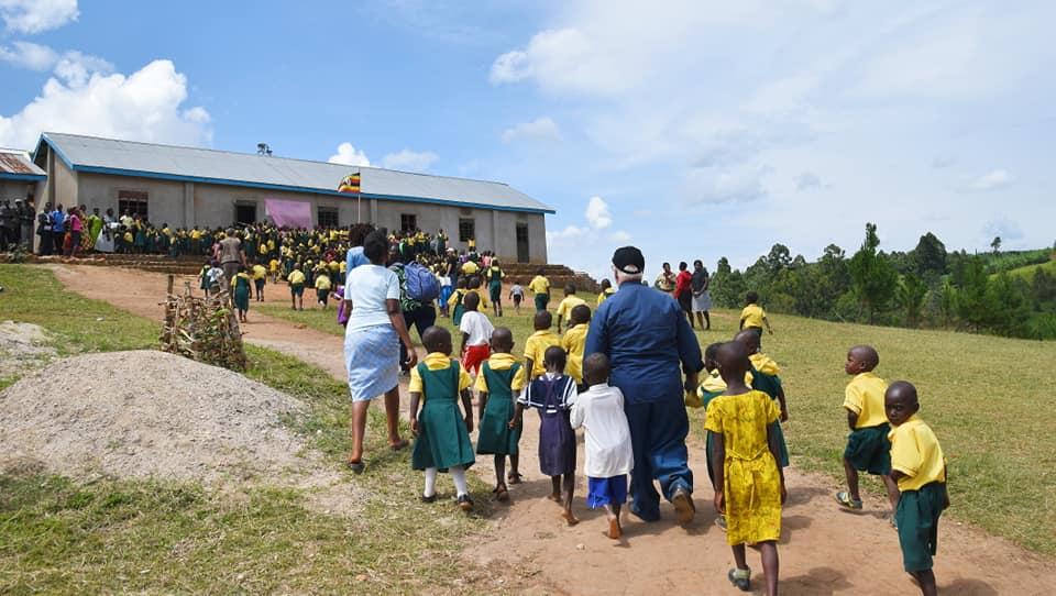 il prete con due bambini africani