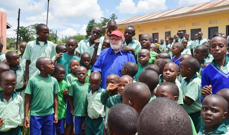 Padre Paolino con i bimbi della scuola