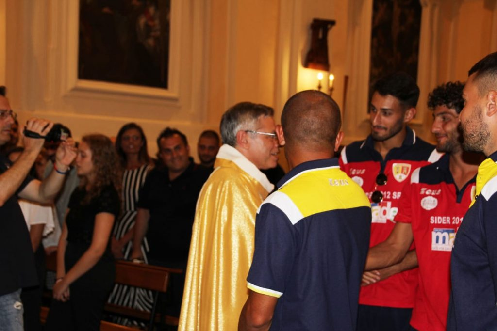 Scambio della Pace tra il vescovo Schillaci e i giocatori durante La funzione eucaristica
