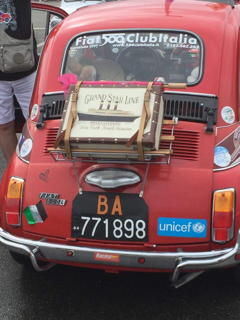 una 500 rossa con il cartello del club italia