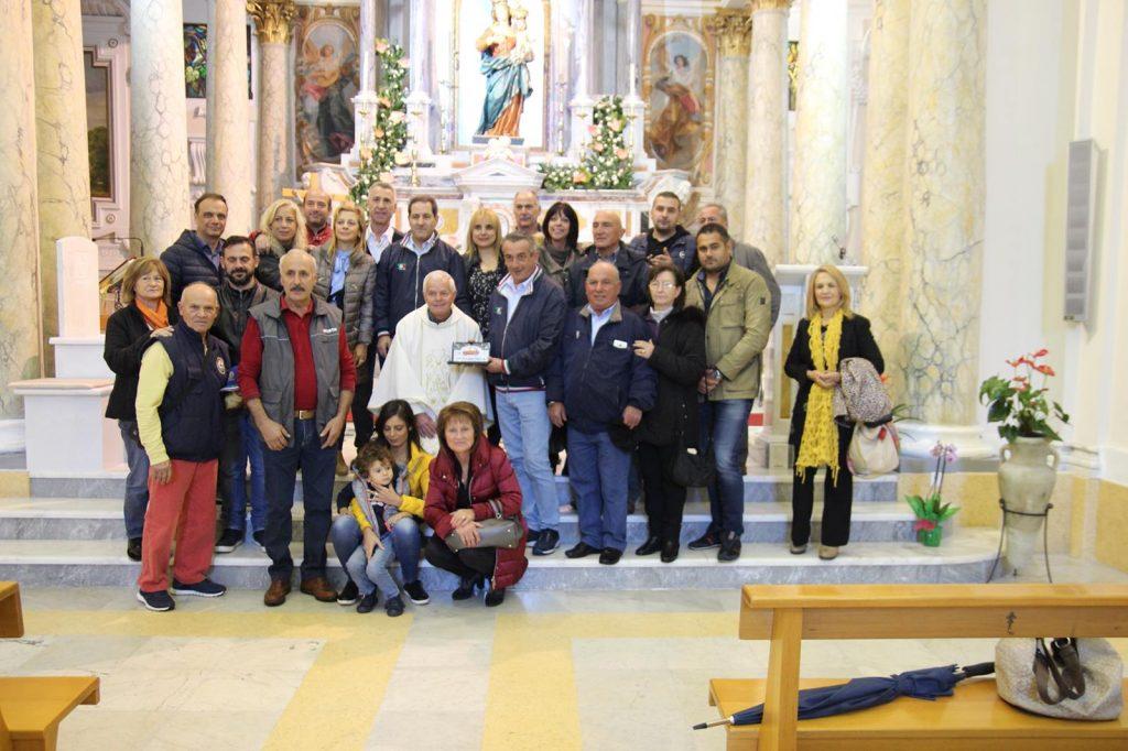 un gruppo di appassionati delle 500 in raduno al santuario di conflenti