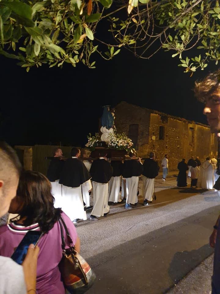 I Fedeli Durante La Processione Aux Flambeaux