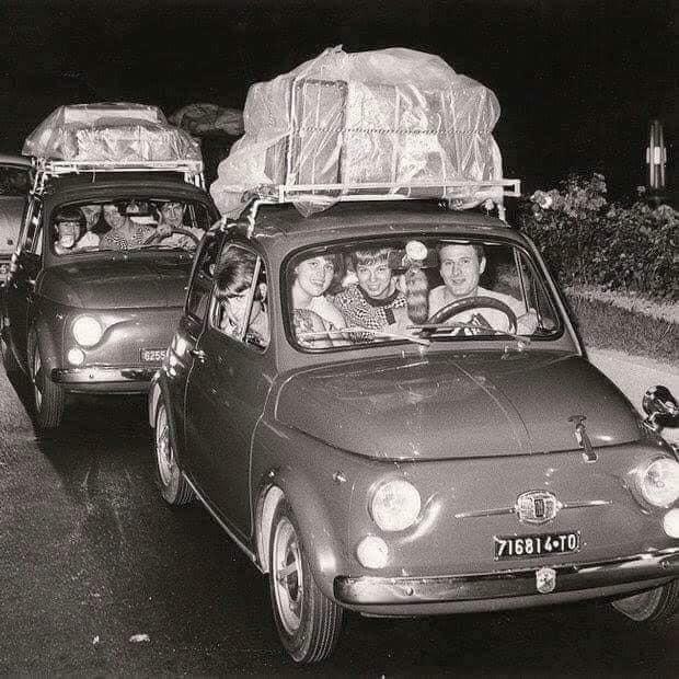 una famiglia in viaggio con una vecchia 500