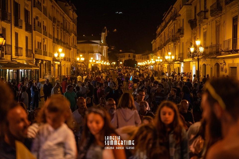 Il Teatro e la gente per strada